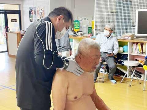 静岡学園サッカー部総監督・井田総監督にラクリスケアをしている様子